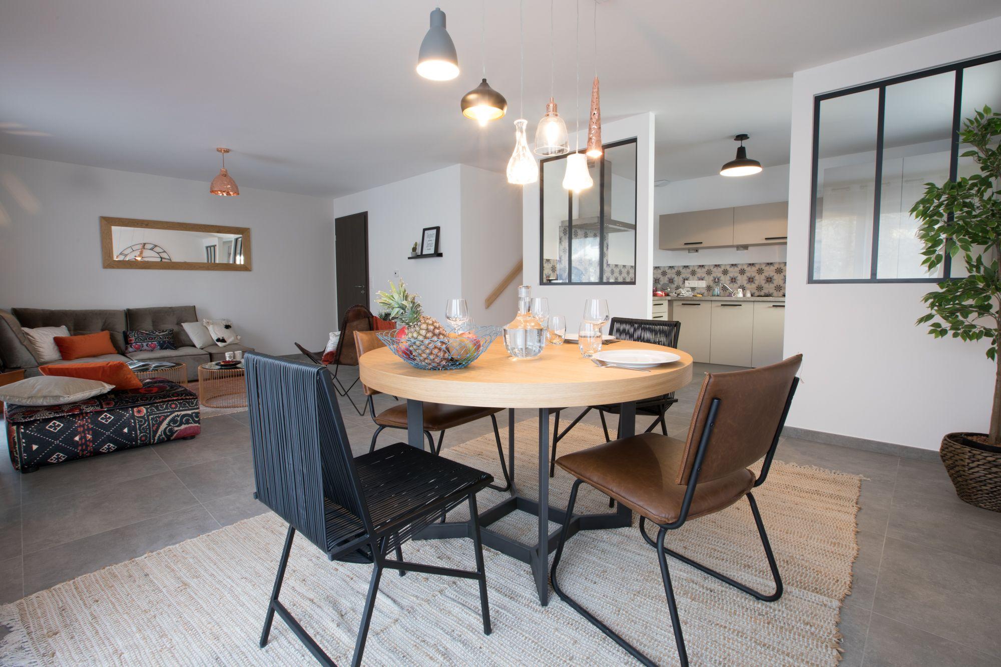 Cuisine Scandinave Table Ronde Chaises Eames Suspension