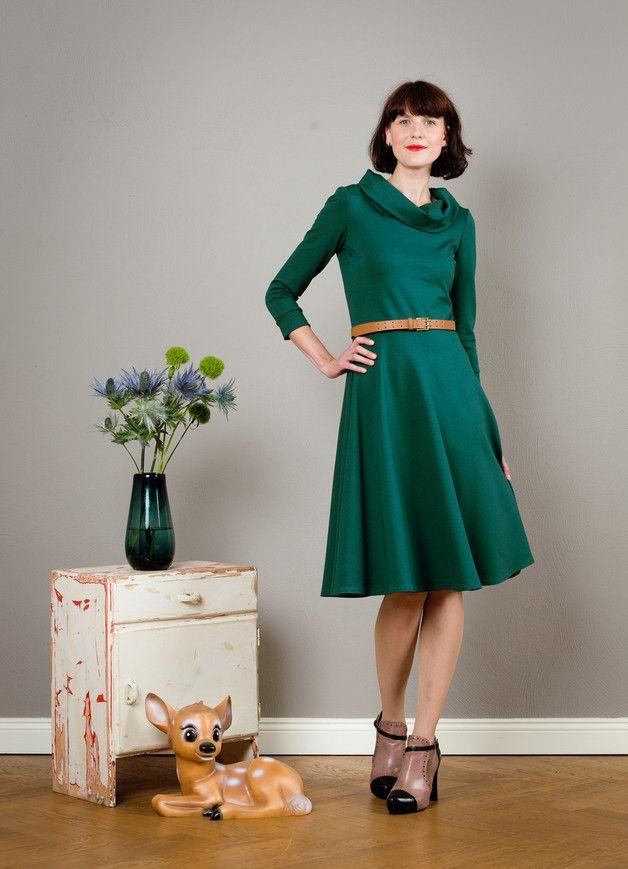 Schlichte Eleganz!  Ein wunderschönes, dunkelgrünes Herbstkleid aus dickerem Jerseystoff mit weitem Tellerrock und 7/8 Ärmeln. Besonders warm und gemütlich ist der Schalkragen. Das Oberteil ist...