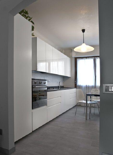 Design moderno ed essenziale per questa cucina laccata con top in ...