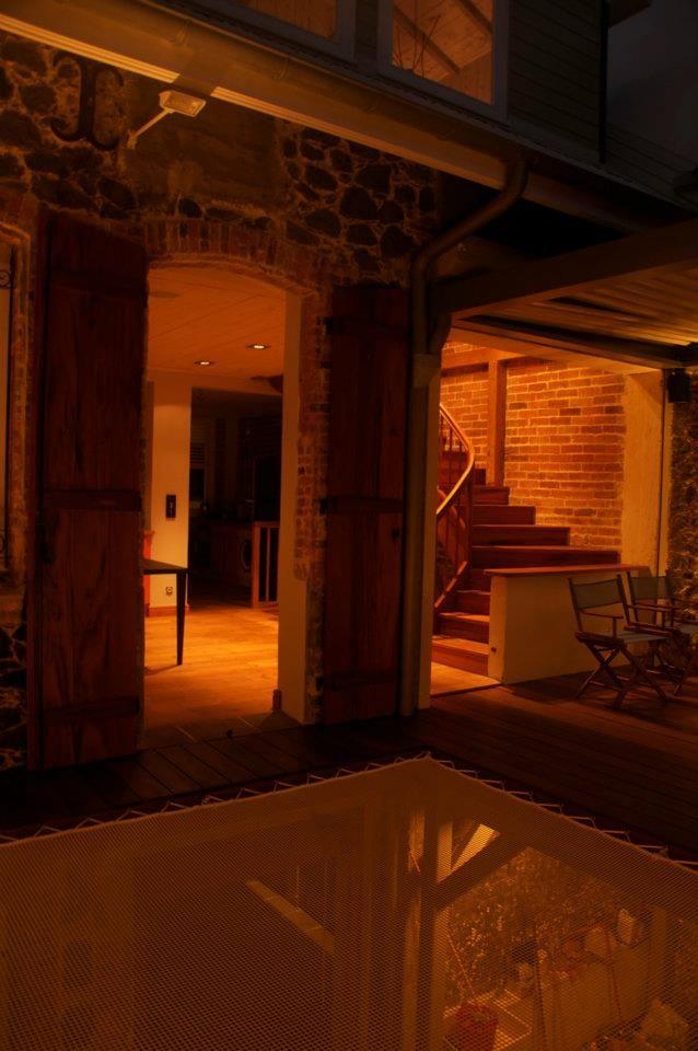 avec une lumi re tamis e l 39 ambiance est tr s cosy dans cette maison le filet d 39 habitation. Black Bedroom Furniture Sets. Home Design Ideas