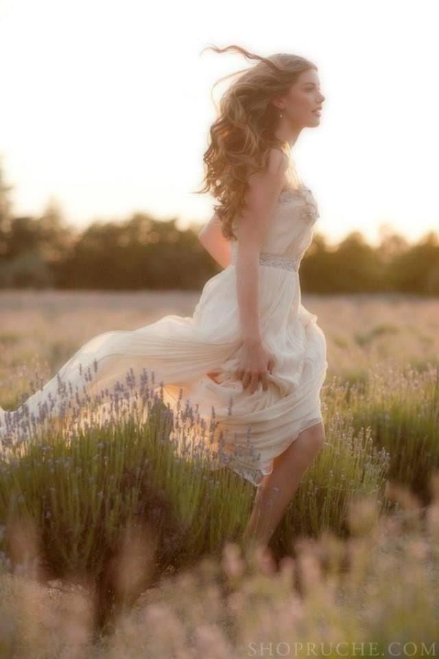 """Buona domenica ! """"Riconoscere la felicità quando è ai tuoi piedi, avere il coraggio e la determinazione di abbassarti per pren…   Servizio fotografico, Fotografia pose donne e Abiti da sposa"""