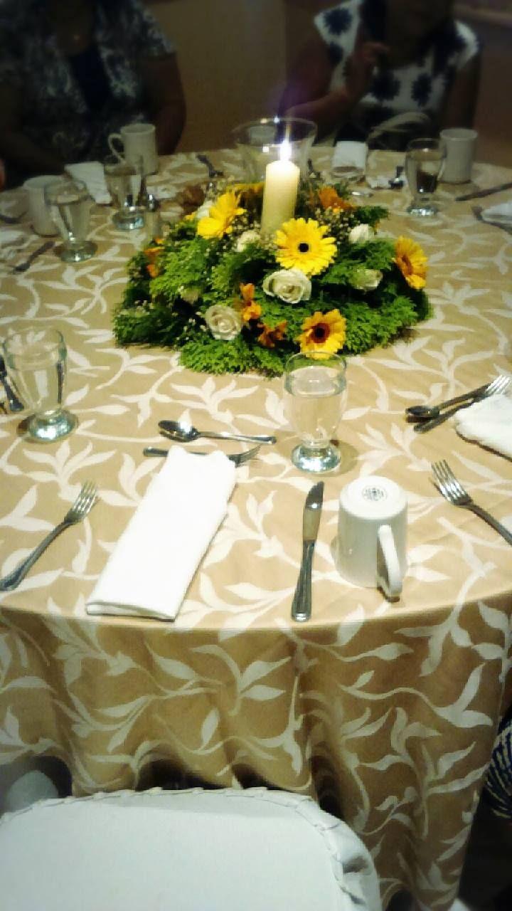 Centro de mesa con gerberas y rosas y cilindro con vela - Arreglos con velas ...