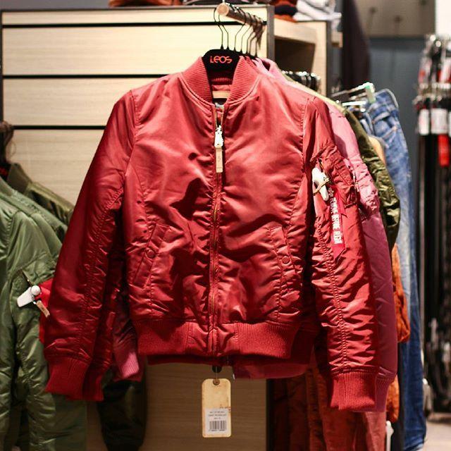 Bomberjacken Sind Der Trend Uberhaupt Diesen Herbst In Rot Lieben Wir Die Stylischen Jacken Naturlich Besonders Bomberjacke Jacken Trends