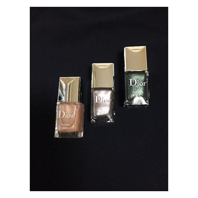 ディオールヴェルニの新色はメタリック。今秋はファッションもネイルもメタリックがトレンドとのこと。 . 左から #337 #612 #917 個人的に#917 の深いグリーンの中にピンクラメがチラチラする感じが特に好き . . #dior #diorcosmetics #nail #nailpolish #fallcollection #diorvernis #ディオールコスメ #ディオールヴェルニ #新色 #ネイル #ネイルポリッシュ #セルフネイル