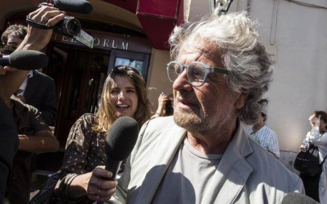 Beppe Grillo come Totò e l'onorevole Come nel film di Totò, quello del famoso Onorevole Trombetta, quando il controllore chiese il biglietto al Principe, e quest'ultimo non essendone in possesso, intavolò un discussione micidiale per sv