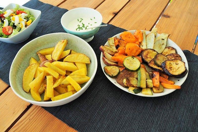 Veggie Sommerküche : Sommerküche: ofengemüse mit selbstgemachten pommes und crème fraîche