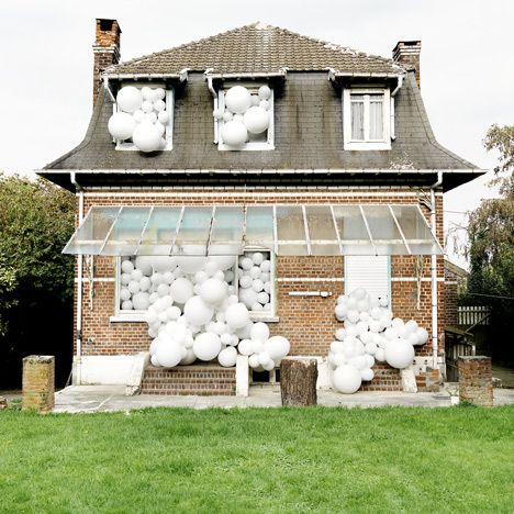 Charles Pétillon fills abandoned spaces with white balloons