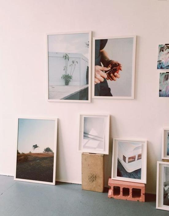 decoração de quadros na parede e no chão da casa