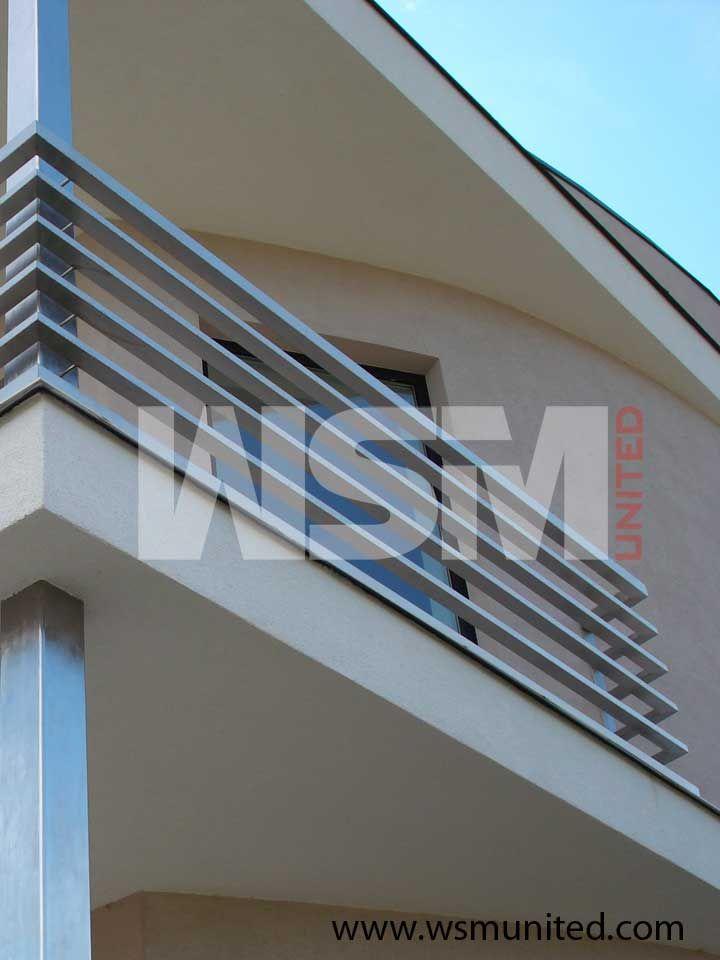 Balcone in alluminio con acciaio inox per facciate moderne. Railing Design Balcony Balcony Grill Design Balcony Railing Design Balcony Design