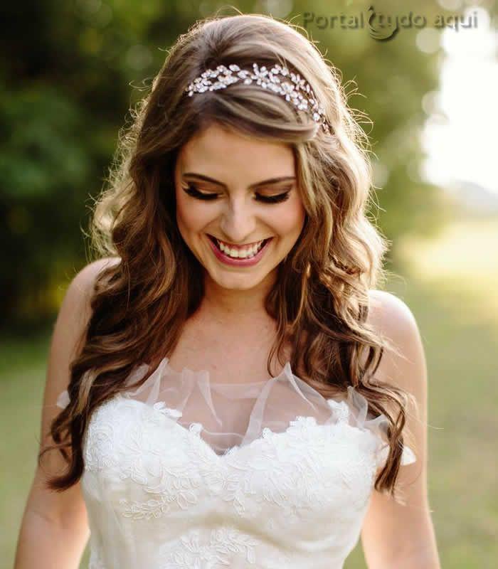Penteado solto com tiara para noiva