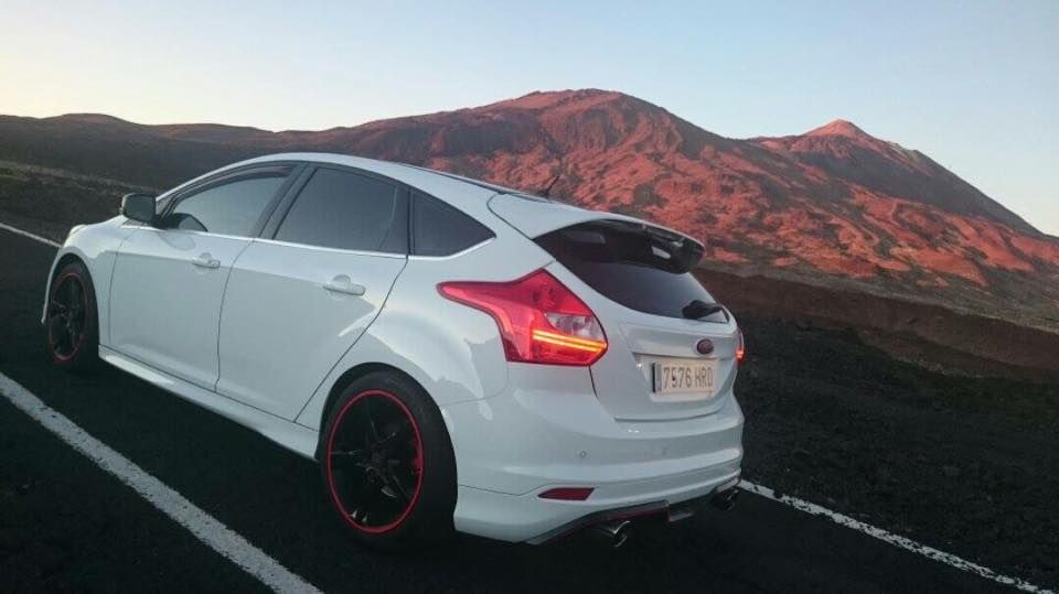 White Ford Focus St Mk3 With Black Red Rims