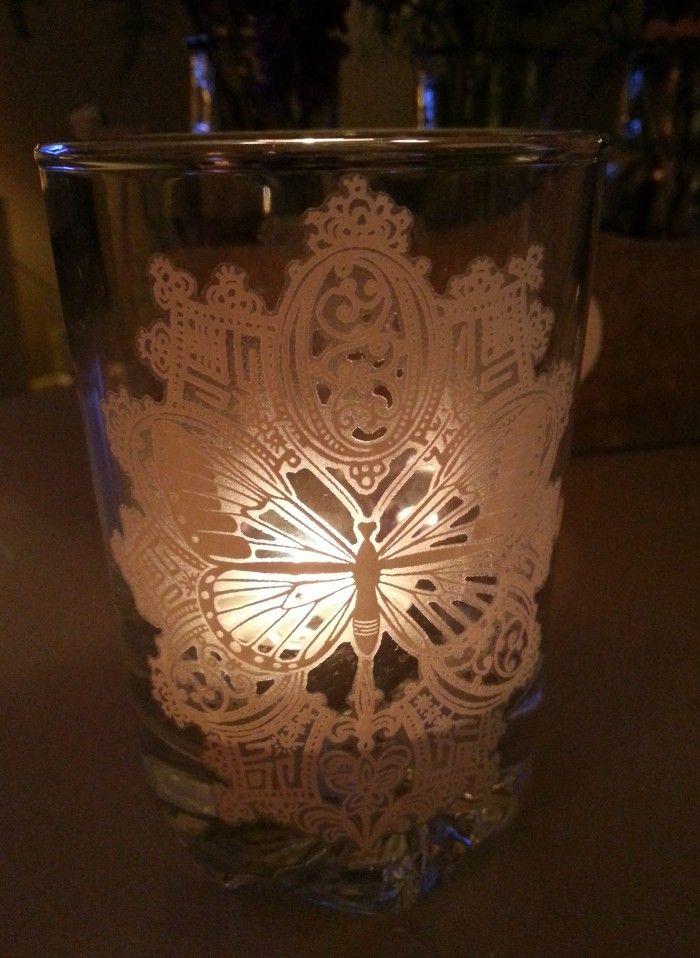 Een whiskey glas van de action met daarop de rub on stickers van de action in een handomdraai - Versieren van een muur in ...