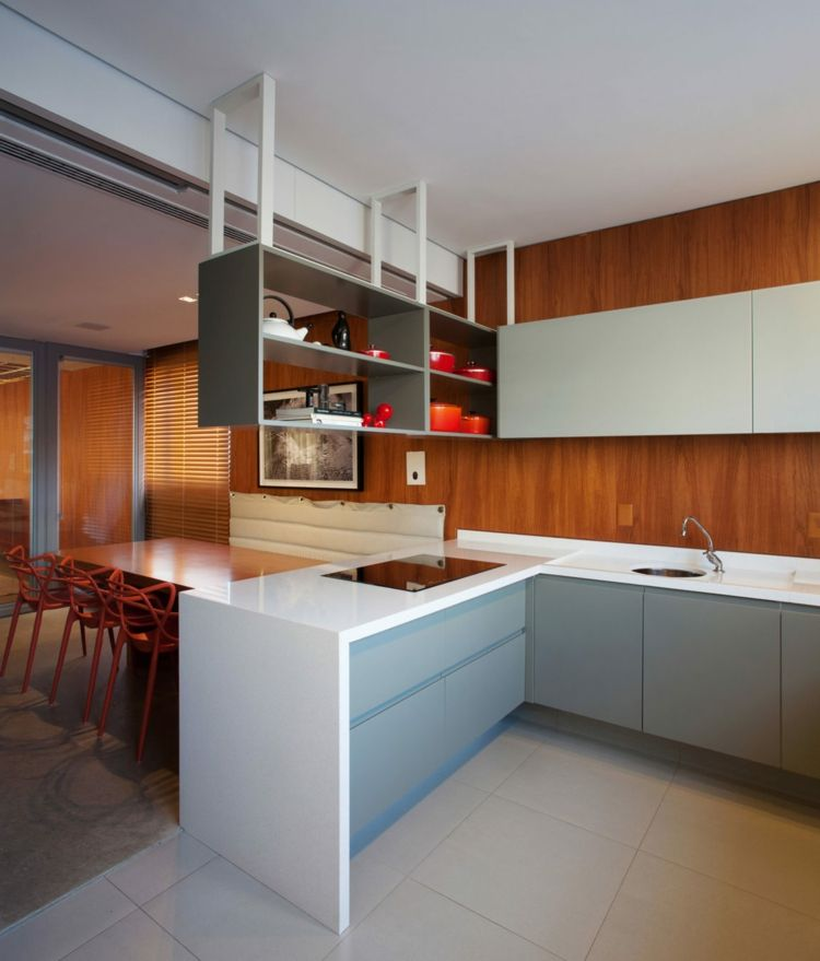 Holz Decke und warme Farbakzente in einer modernen Einrichtung ...