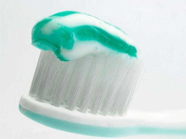 """Öko-Test hat Zahnpasta getestet. Von """"Sehr gut"""" bis """"Ungenügend"""" ist alles dabei. Das erschreckende: eine beliebte Zahnpasta soll sogar"""