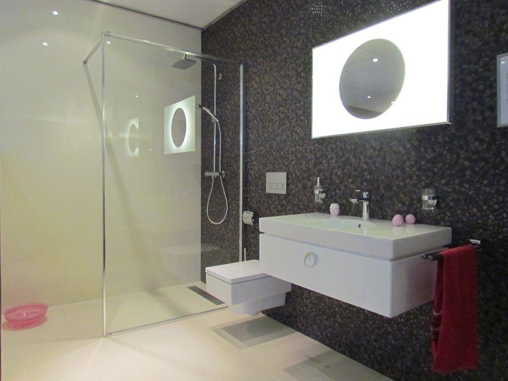 Inloopdouche Met Wastafelmeubel : Een bijzondere badkameropstelling met ruime inloopdouche met glazen