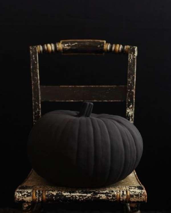 Dark, Moody & Super Stylish Halloween Decor #eleganthalloweendecor