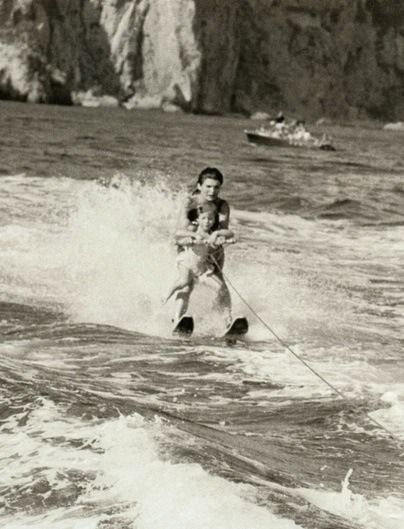 Jackie Kennedy And Her Daughter Caroline Water Skiing In Italy During The Summer Of 1962 Jackie Kennedy Jaqueline Kennedy Jacqueline Kennedy Style