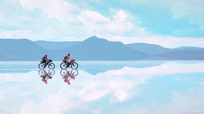 Salar De Uyuni Is The World S Largest Natural Mirror Natural Mirrors Mysterious Places On Earth Salar De Uyuni
