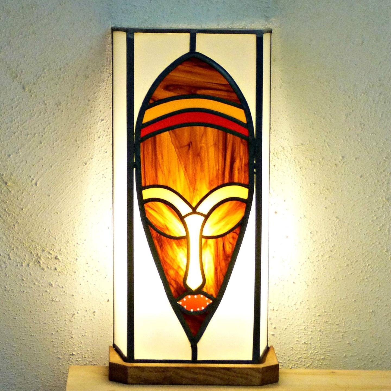 lampe vitrail masque ethnique brun chamarr rouge et. Black Bedroom Furniture Sets. Home Design Ideas