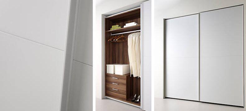 armario de puertas correderas lacadas en color cemento mate  el acabado del interior en melamina
