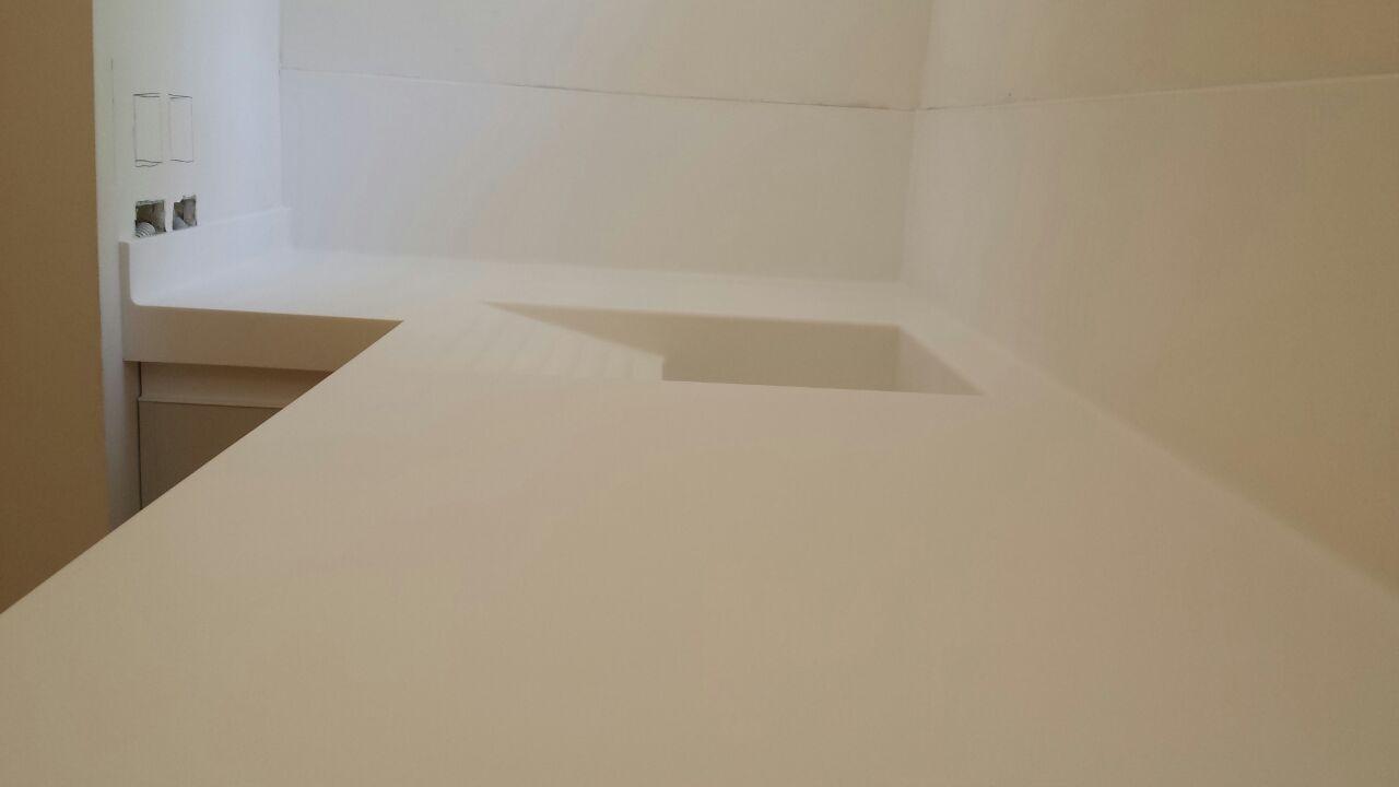 Encimera con lavadero integrado, para lavanderia en vivienda en Madrid. Fabricada en Corian Glaciar White