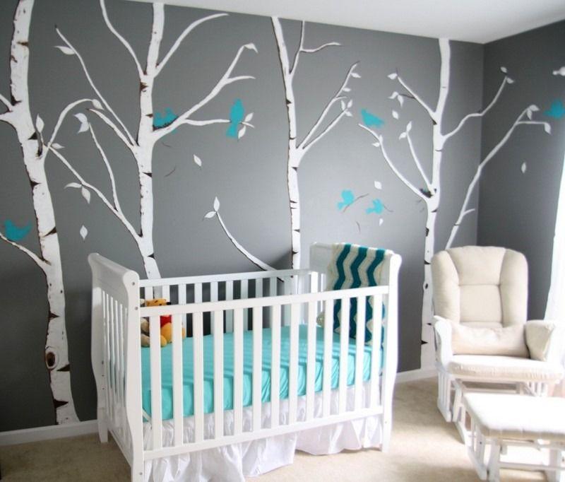 Chambre bébé peinte en gris et déco murale bouleaux et oiseaux bleu turquoise