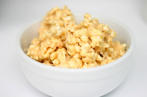 The yummiest and easiest sticky popcorn!! Mmmmm