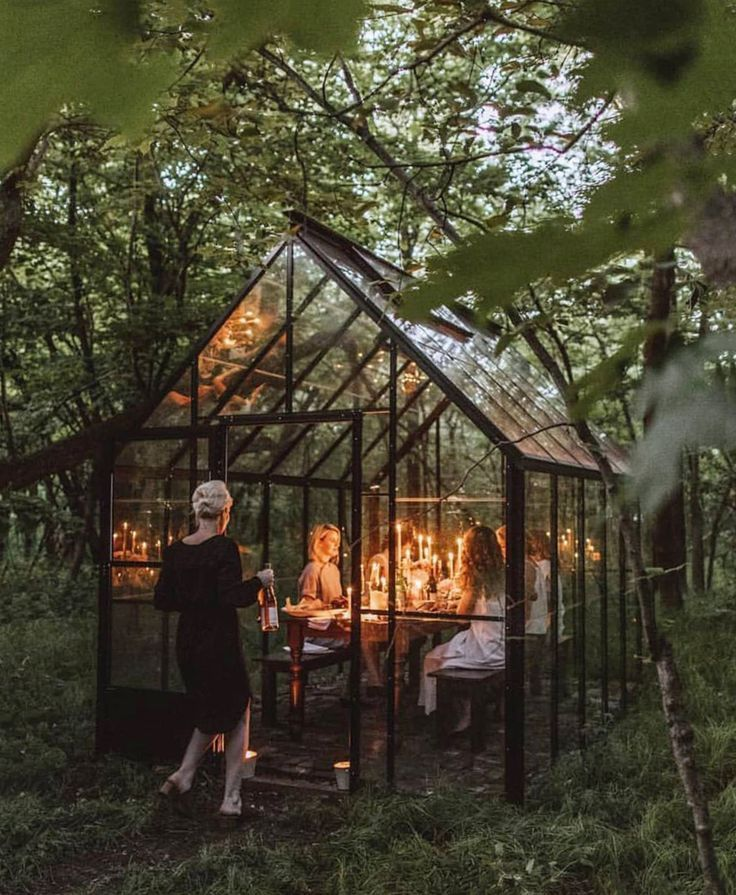 Detta växthus används som ett trädgårdsrum för festmåltider och umgås …