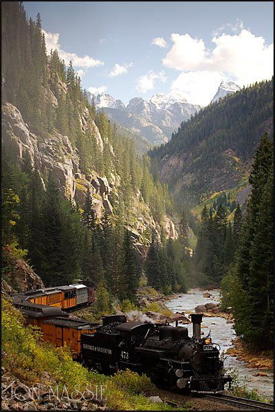 Durango y Silverton Narrow Gauge tren de ferrocarril en Colorado - un viaje hermoso asombrosamente, especialmente cuando los álamos están en su golden glory