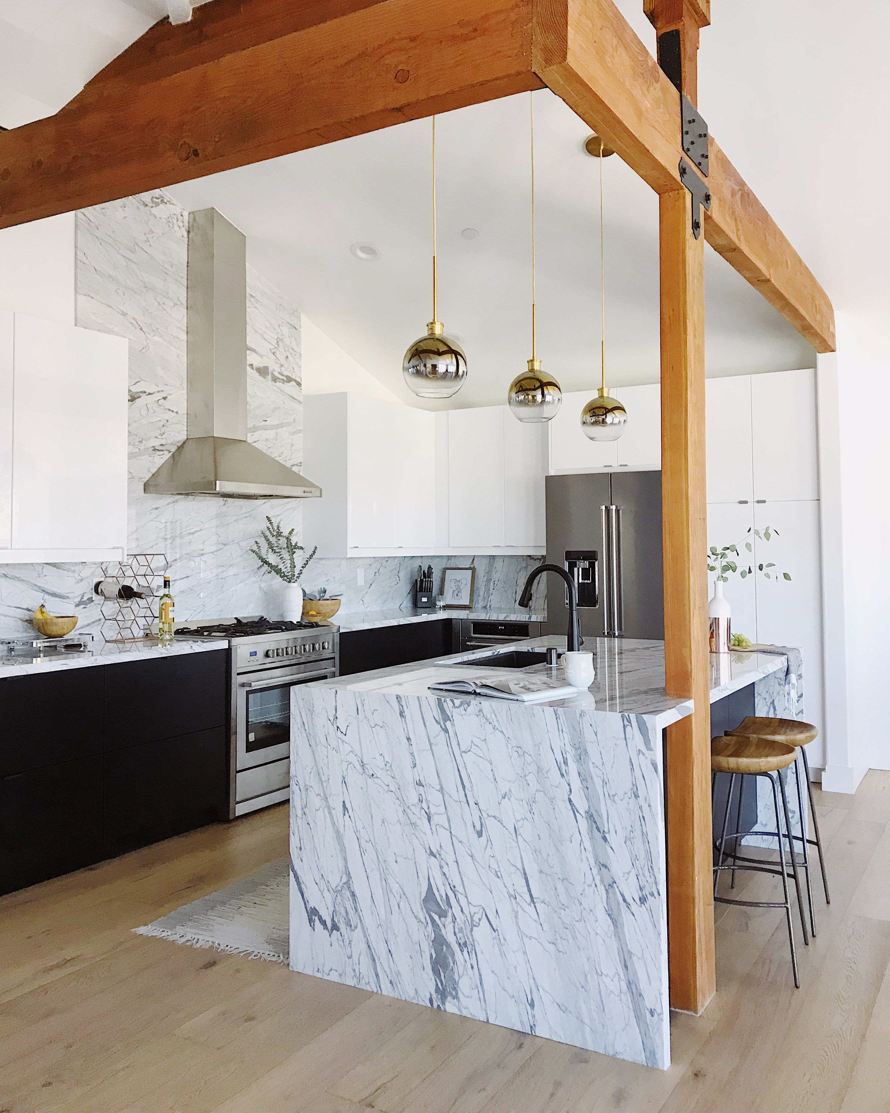 Amazing Black And White Kitchen With Marble Backsplash Kitchen Marble Marble Backsplash White Marble Kitchen