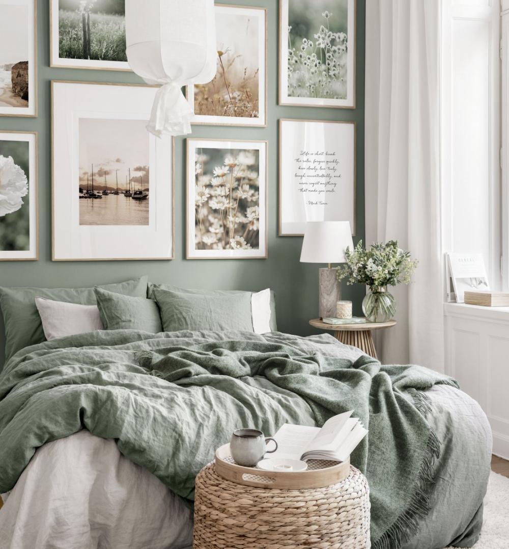 Sommerliche Bilderwand grünes Schlafzimmer Naturposter Eichenrahmen
