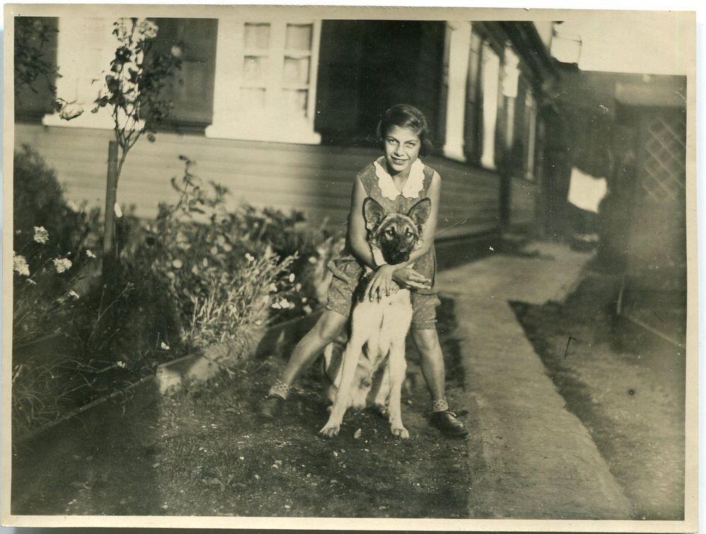 Orig. Foto SOLINGEN Mädchen mit Schäferhund vor Haus 1933