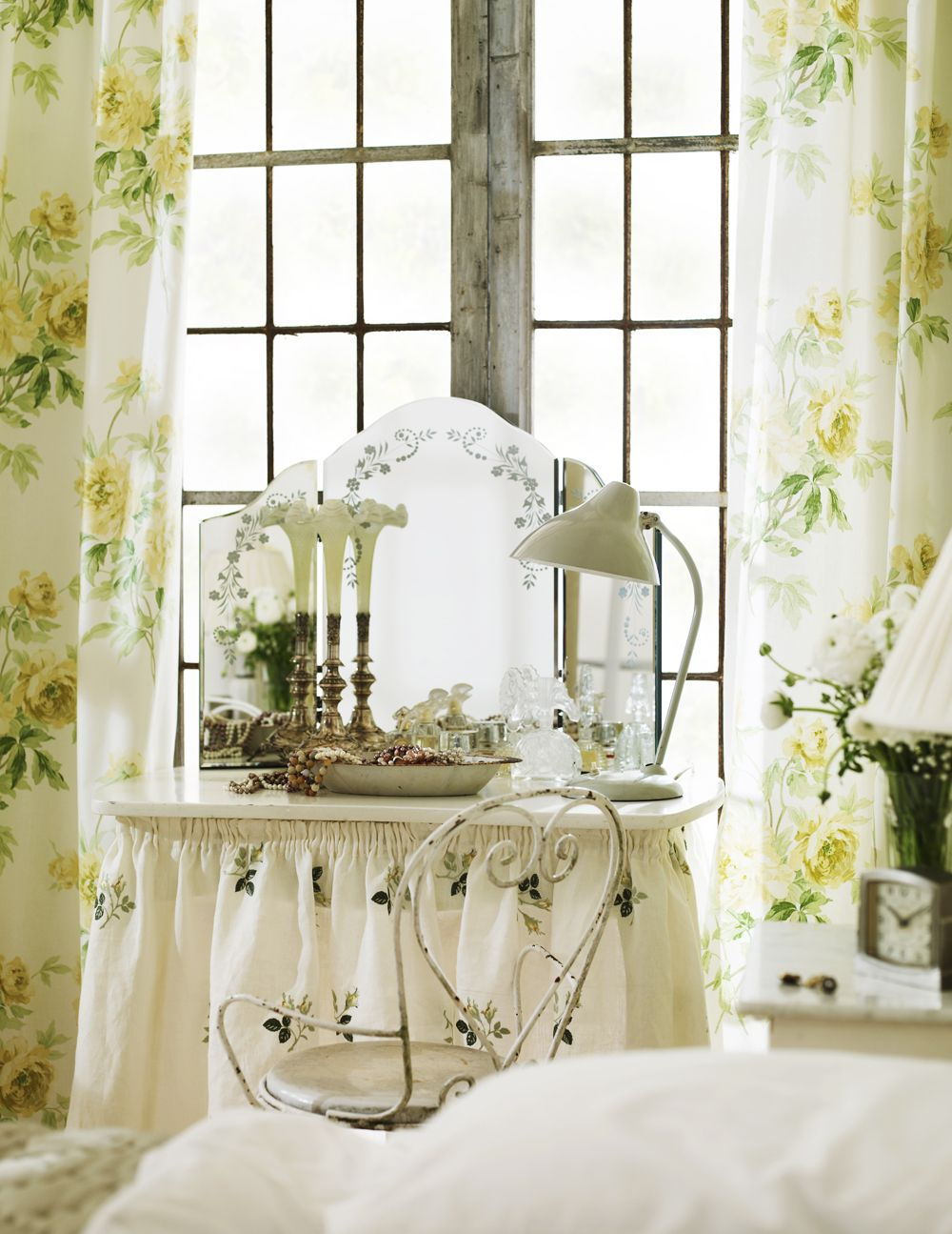 Skirted dressing table adorned with roses #dressing_room #floral #vanity