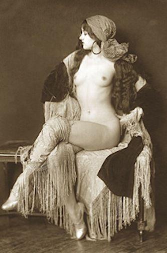 Nude girl shaking it-9274