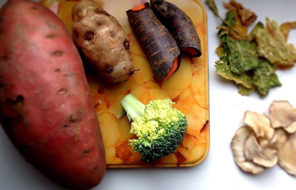 Süßkartoffeln, Pastinaken, Topinambur, Möhren, Rote Beete, Grünkohl, Wirsingkohl, Weißkohl, Rotkohl, Kohlrabi, Broccoli, Rettich, Zwiebeln… geschnippelt, in Öl und Gewürze getaucht und in den Ofen geschoben, fertig ist der Salat, ähh die Chips… So einfach und sooo lecker. Und man kann so viel variieren: Pastinaken mit Zimt, Broccoli mit Kokos-Öl, Süßkartoffeln mit Balsamico-Essig, Wirsing mit Sour Cream, Zwiebeln mit Honig, Topinambur mit Walnussöl, Möhrchen mit Chilli und Rote Beete mit…