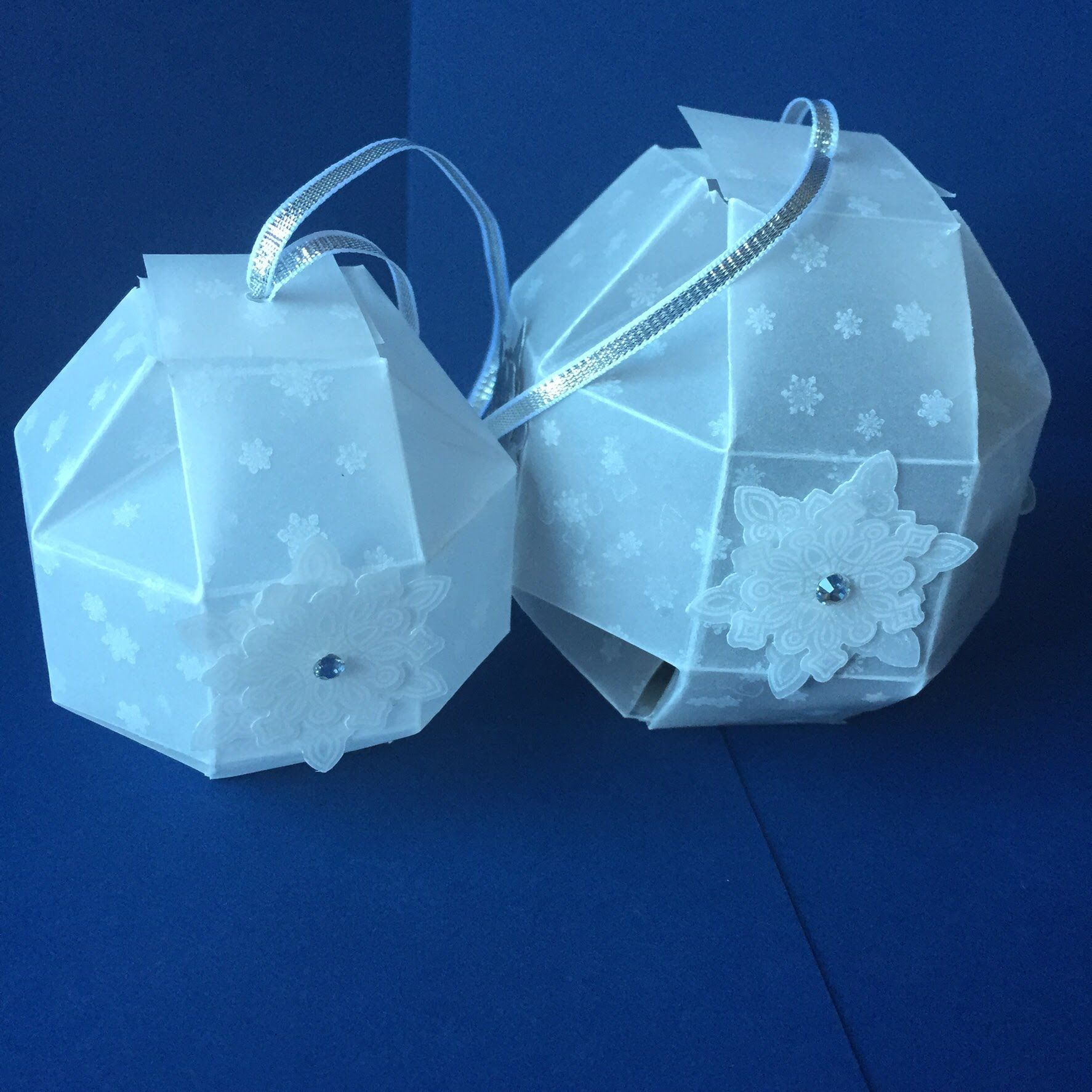 video tutorial: handmade bauble gift box ... sweet ornament that can hold a gift ... Stampin' Up!