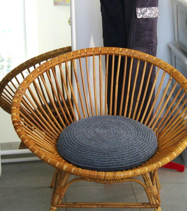galette de chaise coussin au crochet plaids coussins rideaux au crochet pinterest. Black Bedroom Furniture Sets. Home Design Ideas