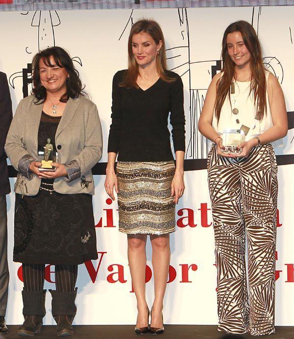 Doña Letizia posando con las galardonadas con los Premios Barcos de Vapor: Llanos Campos y Cristina López-Perea Villacañas