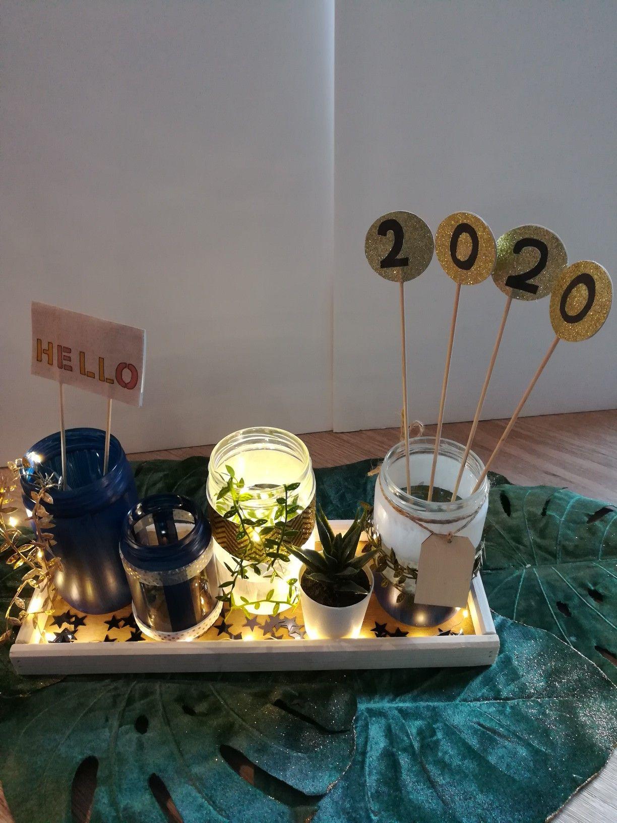 Notre centre de table nouvel an. Nature végétale avec du bois clair et feuillages. Le chic est apporté par les touches doré en contraste avec le bleu éclipse