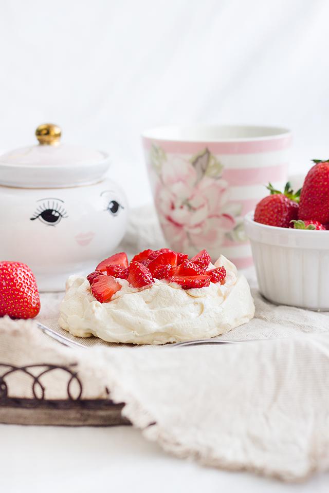 Mini-Pavlovas mit Erdbeeren: ein Frühlingsgebäck basierend auf Baisertörtchen, die mit Sahne befüllt, Erdbeeren belegt & Balsamico-Essig beträufelt werden.