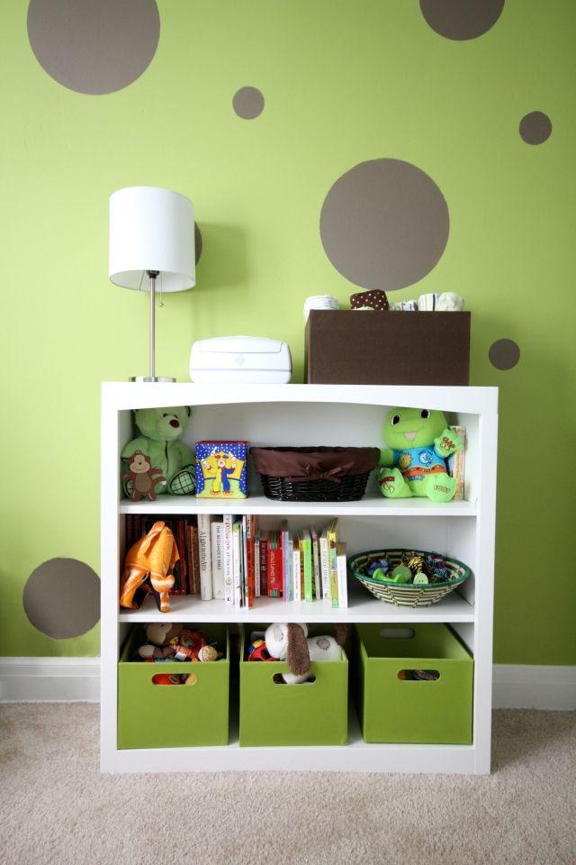 chambre-bébé-fille-murs-vert-pâle-pois-gris-meuble-blanc-boîtes