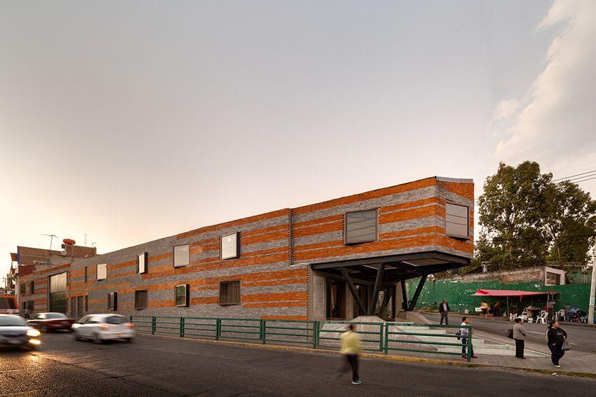 Construido en 2015 en Naucalpan, México. Imagenes por Rafael Gamo. Triangulo Corona está ubicado en el Estado de México, dentro de la periferia del área metropolitana de la Ciudad de México, contextualmente situado...