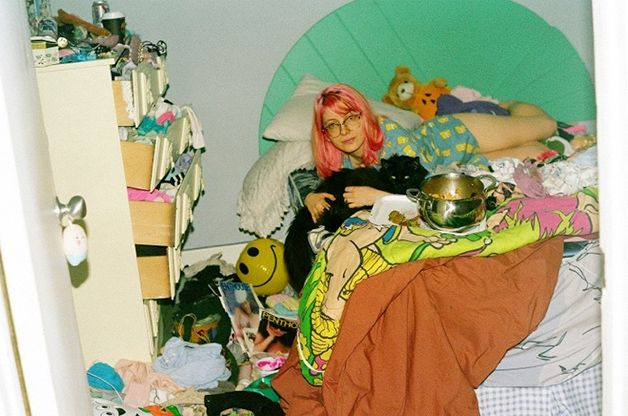 """A fotógrafa Maya Fuhr e a estilista Chloe Wise fizeram um ensaio super divertido inspirado na bagunça típica do quarto de meninas para a Vice. Chamada de Garbage Girls, a série de fotos traz uma mistura caótica e inspiradora de roupas, posters, garrafas de bebidas e todos os tipos debugiganga. O resultado é uma estética...<br /><a class=""""more-link"""" href=""""https://catracalivre.com.br/geral/fotografia/indicacao/ensaio-fotografico-retrata-a-bagunca-do-quarto-de-jovens-garotas/"""">Continue lendo…"""