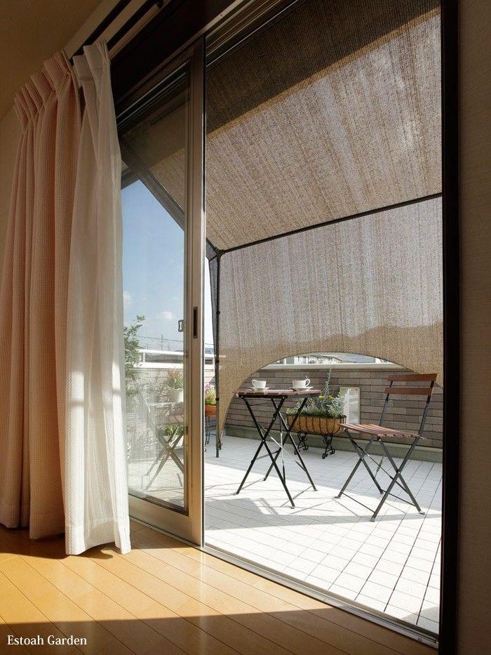 掃き出し窓の前に簡単に設置ができるフレームタイプのシェード 紫外線をカットし 風通しの良い快適な空間がつくれます ジョイント構造を採用しているので 組み立てや分解が簡単 シーズンオフには収納が可能です 空間ができるので その下にガーデンファニチャーや