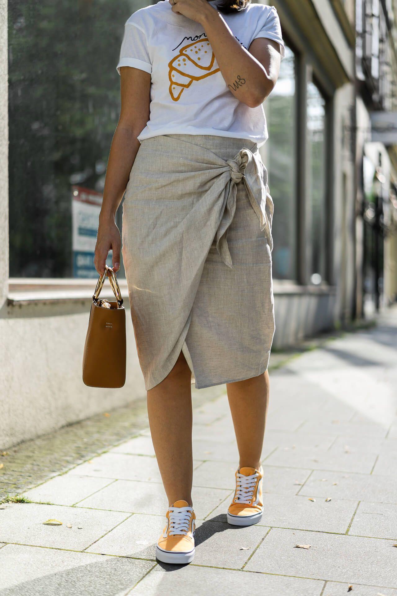 Die Vans Oldskool in Citrus sind der Hauptakteur in diesem Outfit mit  Wickelrock aus Leinen und 32873349236c