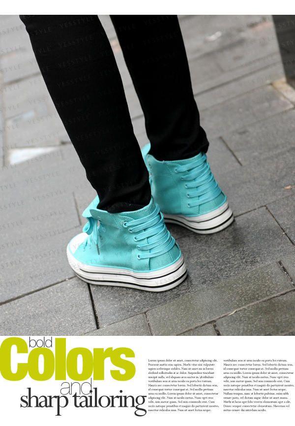 Hermosas Zapatillas Celestes. Me encantan los cordones por detrás.