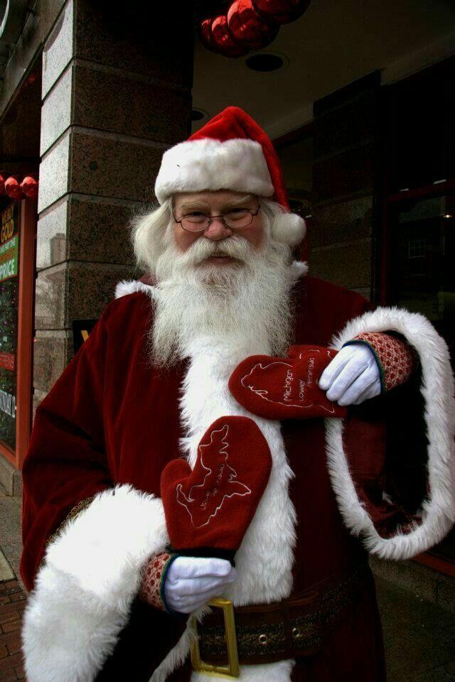 Pin By Alexandra Hasbun On Natale Santa Claus Santa Claus Suit Santa Claus Is Coming To Town