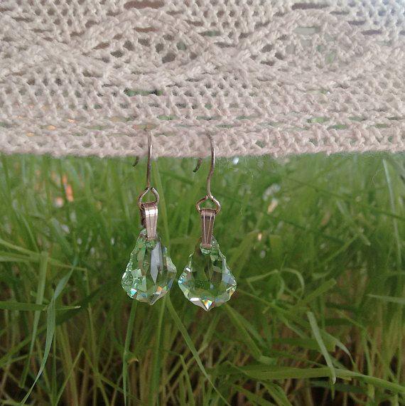Unas pequeñas piezas triangulares en plata 925 labrada que sostienen ...