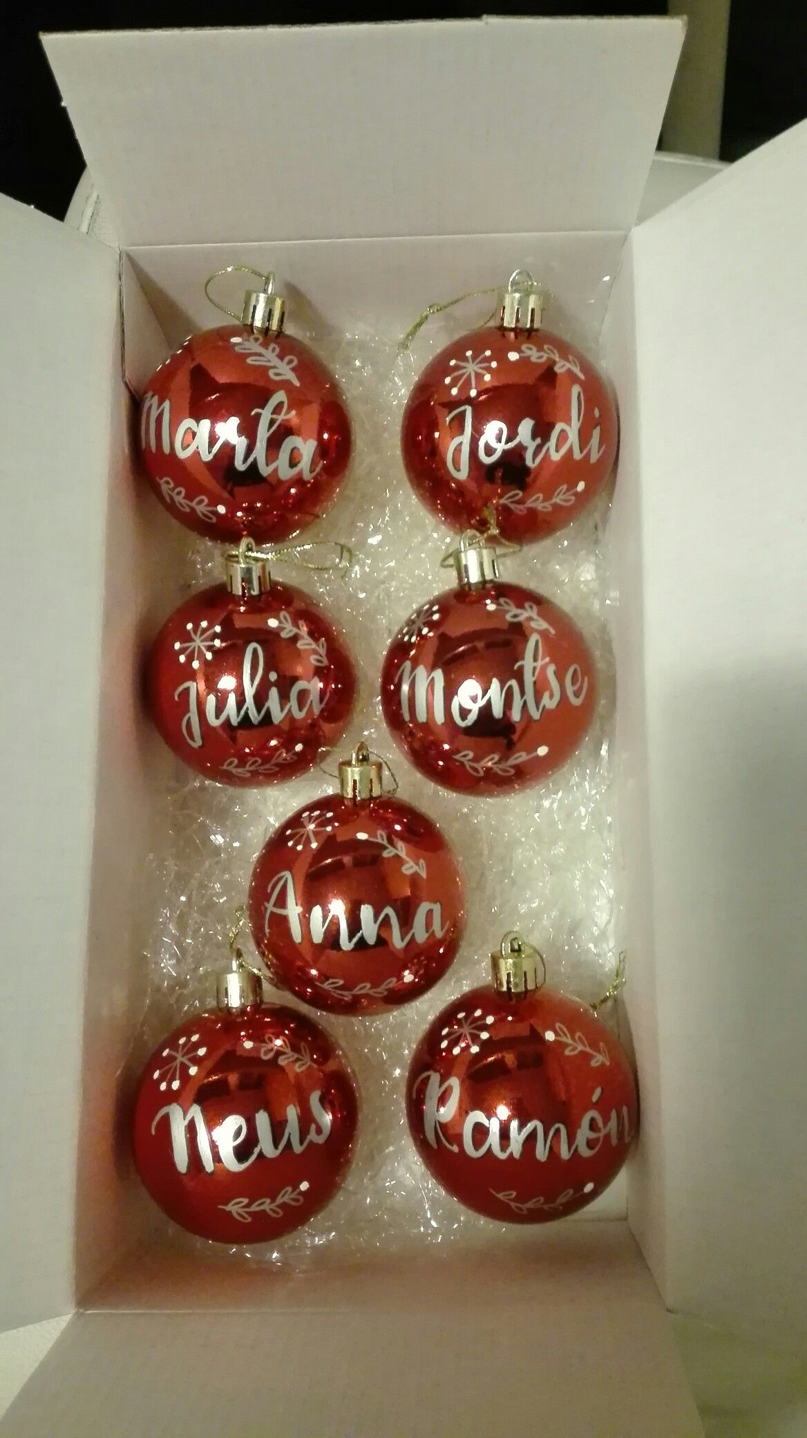 e7a28252ac26e Bolas de Navidad personalizadas con nombre . Hechas a mano por mi  utilizando rotulador permanente metalizado. Inma Oliver  makuoliver