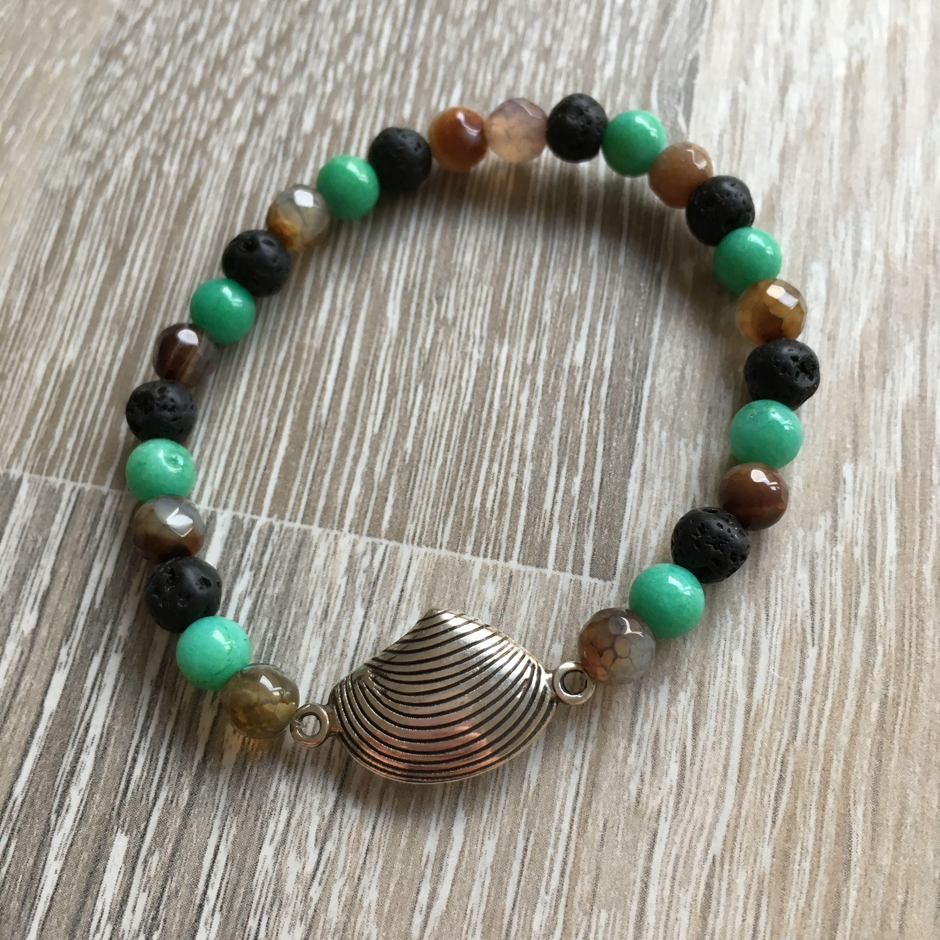 Armband van 6mm groen jade, zwart lavasteen en meerkleurig (bruin) agaat met metalen schelp. Van JuudsBoetiek, te bestellen op www.juudsboetiek.nl